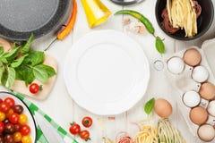 Pâtes faisant cuire des ingrédients et des ustensiles Image libre de droits