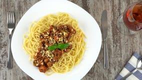 Pâtes faites maison délicieuses fraîchement cuites avec des moules dans le souce de tomate et la rotation de fromage Loopable san banque de vidéos