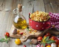 Pâtes faites maison Italien traditionnel sous forme de coeurs dans un pot en céramique rouge avant la cuisson Photos libres de droits