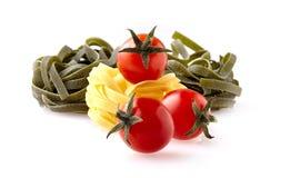 Pâtes Fetuchini avec plusieurs tomates-cerises photos stock