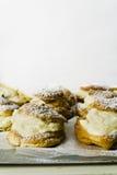 Pâtes feuilletées crèmes de Choux avec l'espace de copie Photographie stock