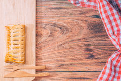 Pâtes feuilletées d'ananas fait maison sur le fond en bois, petit déjeuner Photographie stock libre de droits