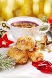 Pâtes feuilletées et borscht rouge pour le réveillon de Noël Photo libre de droits
