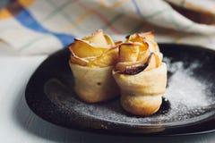 Pâtes feuilletées roses de pomme Delicious et belle Photographie stock libre de droits