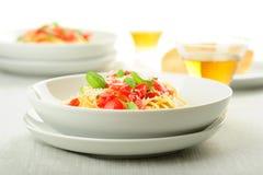 Pâtes fraîches avec des tomates Photographie stock libre de droits