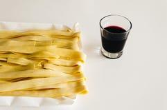 Pâtes fraîches et vin rouge Image stock