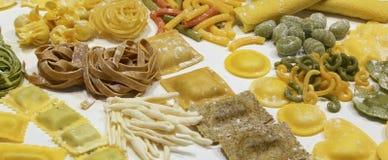 Pâtes fraîches italiennes avec le tortellini et le lasagne à vendre dans photo libre de droits