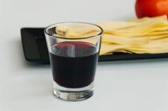 Pâtes fraîches, vin rouge et tomate Photo stock