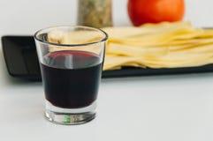 Pâtes fraîches, vin rouge et tomate Photographie stock