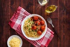 Pâtes italiennes avec de la sauce à tomate-cerise et l'huile d'olive Photos stock