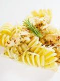 Pâtes italiennes avec de la viande de poulet et le fromage râpé Image libre de droits