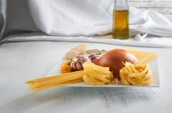 Pâtes italiennes avec les ail et l'oignon Photos stock
