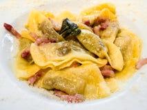Pâtes italiennes - bergamasca d'alla de Casoncelli dans la cuvette photos stock