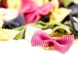 Pâtes italiennes d'isolement sur le macro blanc de fond. Noeud papillon frais Photos stock
