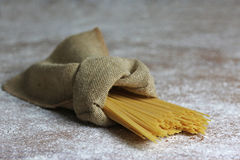 Pâtes italiennes dans le sac de toile avec le parmesan photos stock