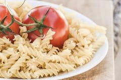 Pâtes italiennes de fusilli avec des tomates Photographie stock