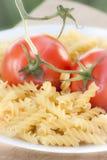 Pâtes italiennes de fusilli avec des tomates Photos stock