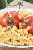 Pâtes italiennes de fusilli avec des tomates Images libres de droits