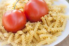 Pâtes italiennes de fusilli avec des tomates Photos libres de droits