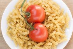 Pâtes italiennes de fusilli avec des tomates Image libre de droits