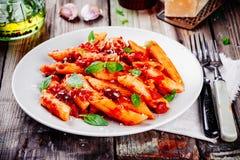Pâtes italiennes de penne avec la sauce tomate Image stock