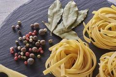 Pâtes italiennes en spirale de macaronis d'isolement sur le panneau de schiste photos libres de droits