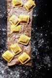 Pâtes italiennes fraîches dans les coupes carrées Photographie stock libre de droits
