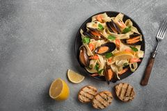 Pâtes italiennes traditionnelles de fruits de mer avec l'alle Vongole de spaghetti de palourdes sur le fond en pierre images libres de droits