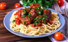 Pâtes italiennes traditionnelles de spaghetti avec des boulettes de viande de boeuf Image libre de droits