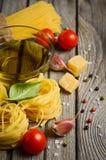 Pâtes, légumes, herbes et épices pour la nourriture italienne Photographie stock libre de droits