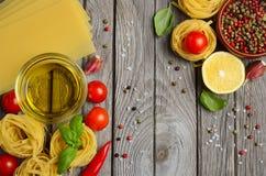 Pâtes, légumes, herbes et épices pour la nourriture italienne Images libres de droits