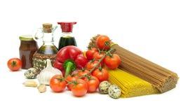 Pâtes, légumes, oeufs de caille et épices d'isolement sur le backg blanc Photo libre de droits