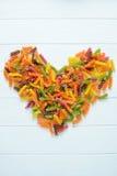 Pâtes multicolores crues comme coeur Images libres de droits