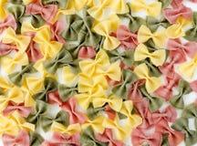 Pâtes multicolores de Farfalle sur le fond blanc Photographie stock