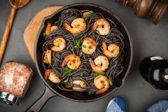 Pâtes noires avec des crevettes Photos stock