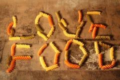Pâtes - nourriture d'amour - sur le fond en pierre Photo libre de droits