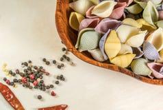Pâtes organiques délicieuses colorées faisant cuire des préparations photos libres de droits