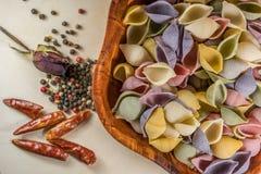Pâtes organiques délicieuses colorées faisant cuire des préparations images stock