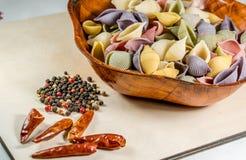 Pâtes organiques délicieuses colorées faisant cuire des préparations photographie stock
