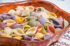 Pâtes organiques délicieuses colorées faisant cuire des préparations photo stock