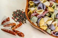 Pâtes organiques délicieuses colorées faisant cuire des préparations photos stock