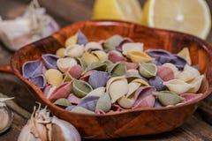 Pâtes organiques délicieuses colorées faisant cuire des préparations image stock