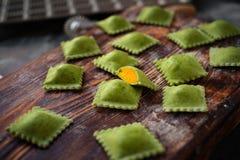 Pâtes organiques vertes crues de ravioli avec le potiron image libre de droits