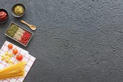 Pâtes, pesto, herbes et épices italiens Fond foncé Copiez l'espace Photos stock