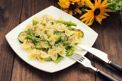 Pâtes Primavera - il ` plats délicieux, chaleureux et sains de s d'Italie du sud Fond rustique en bois avec des fleurs dessus Photographie stock libre de droits