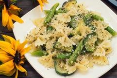 Pâtes Primavera - il ` plats délicieux, chaleureux et sains de s d'Italie du sud Fond rustique en bois avec des fleurs dessus Image libre de droits