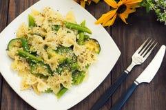 Pâtes Primavera - il ` plats délicieux, chaleureux et sains de s d'Italie du sud Fond rustique en bois avec des fleurs Vue supéri Photos libres de droits