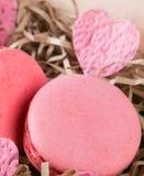 Pâtes roses Macaron et coeur, sur un fond des puces de papier Photographie stock libre de droits