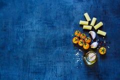 Pâtes sèches avec l'huile d'olive Photographie stock libre de droits