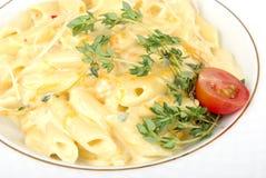Pâtes savoureuses avec de la crème, le fromage et le persil Image libre de droits